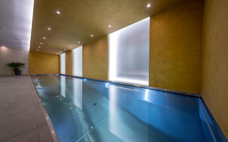 Velký plavecký nerezový bazén Imaginox s vířivkou v hotelu v Karlových Varech