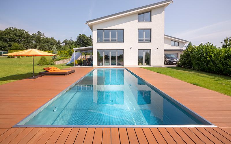 Luxusní velký rodinný nerezový bazén s integrovaným brouzdalištěm s ochraným zábradlím
