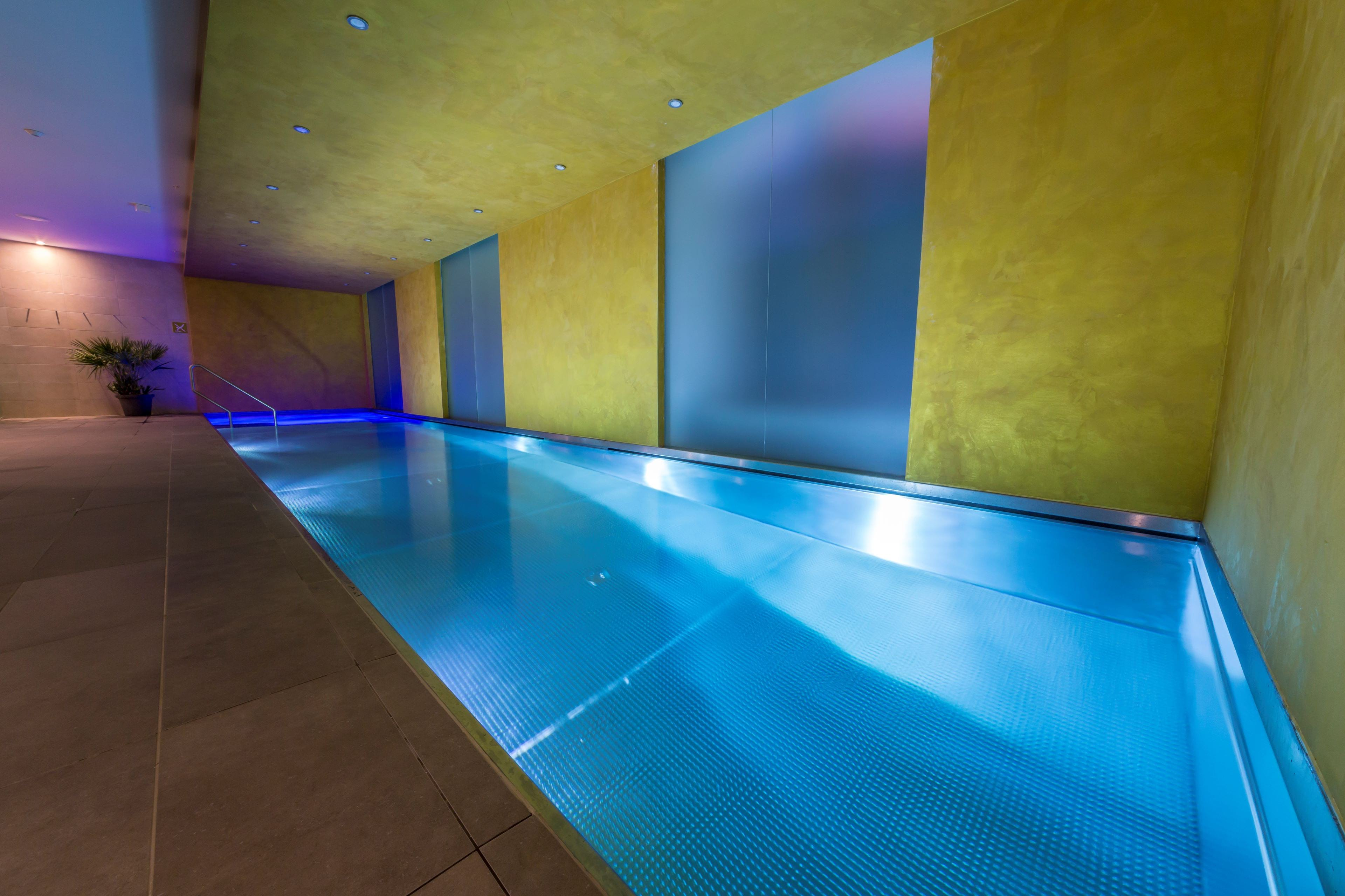 Nerezový bazén s integrovanou vířivkou v Grandhotelu Ambassador