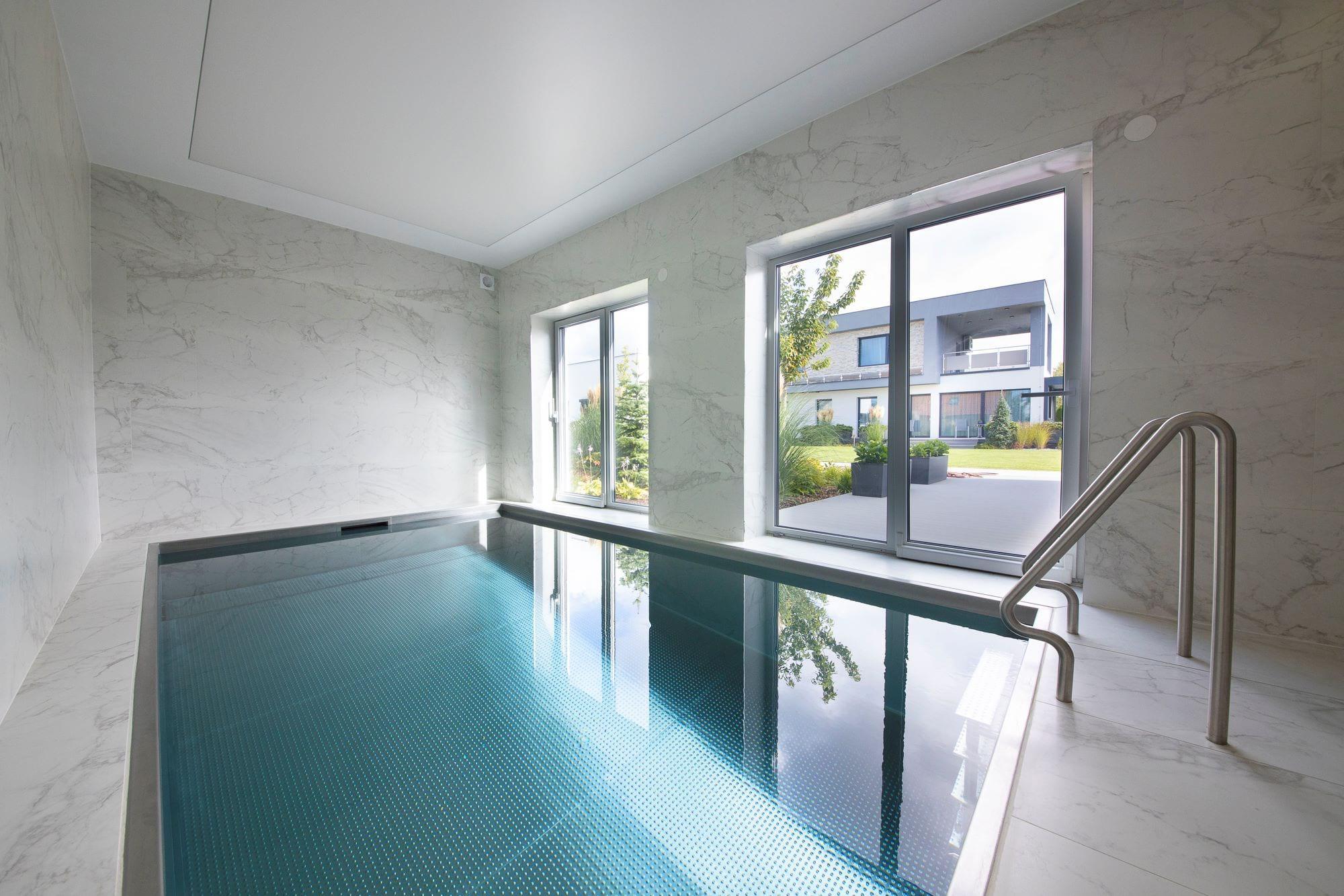 Interiérový skimmerový bazén s přiznanou nerezovou hranou