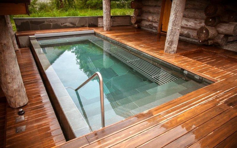 Kamenný bazén s nerezovými lavicemi