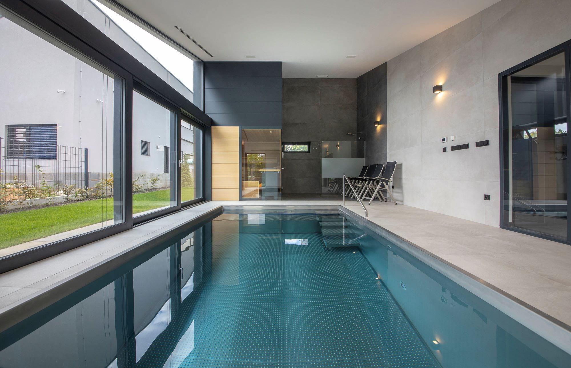 Malý interiérový bazén s výkonným protiproudem