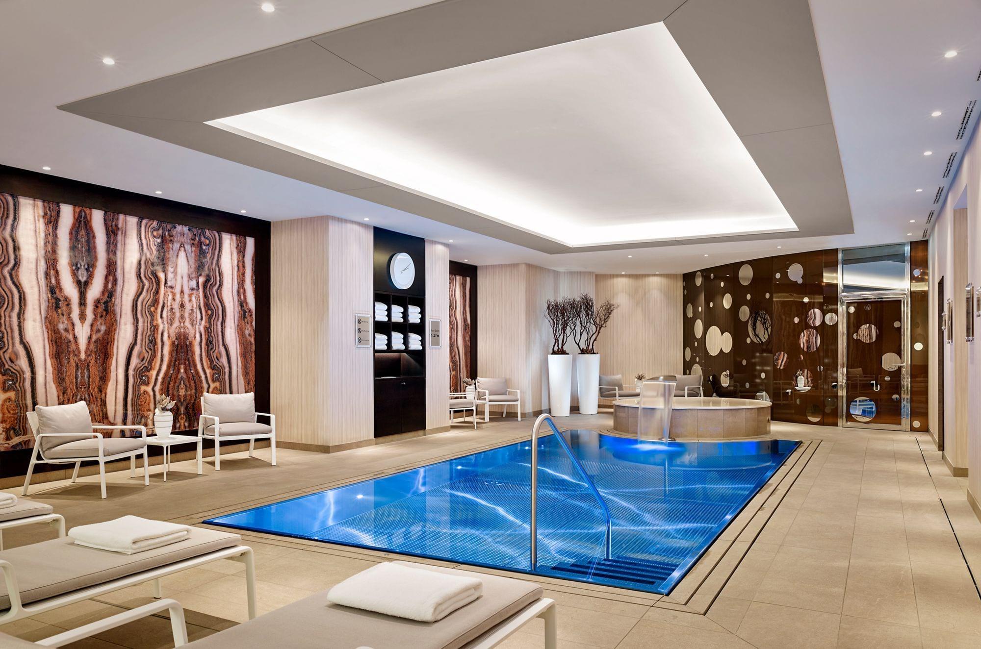 Přelivný nerezový bazén IMAGINOX v hotelu Ritz Carlton v Berlíně