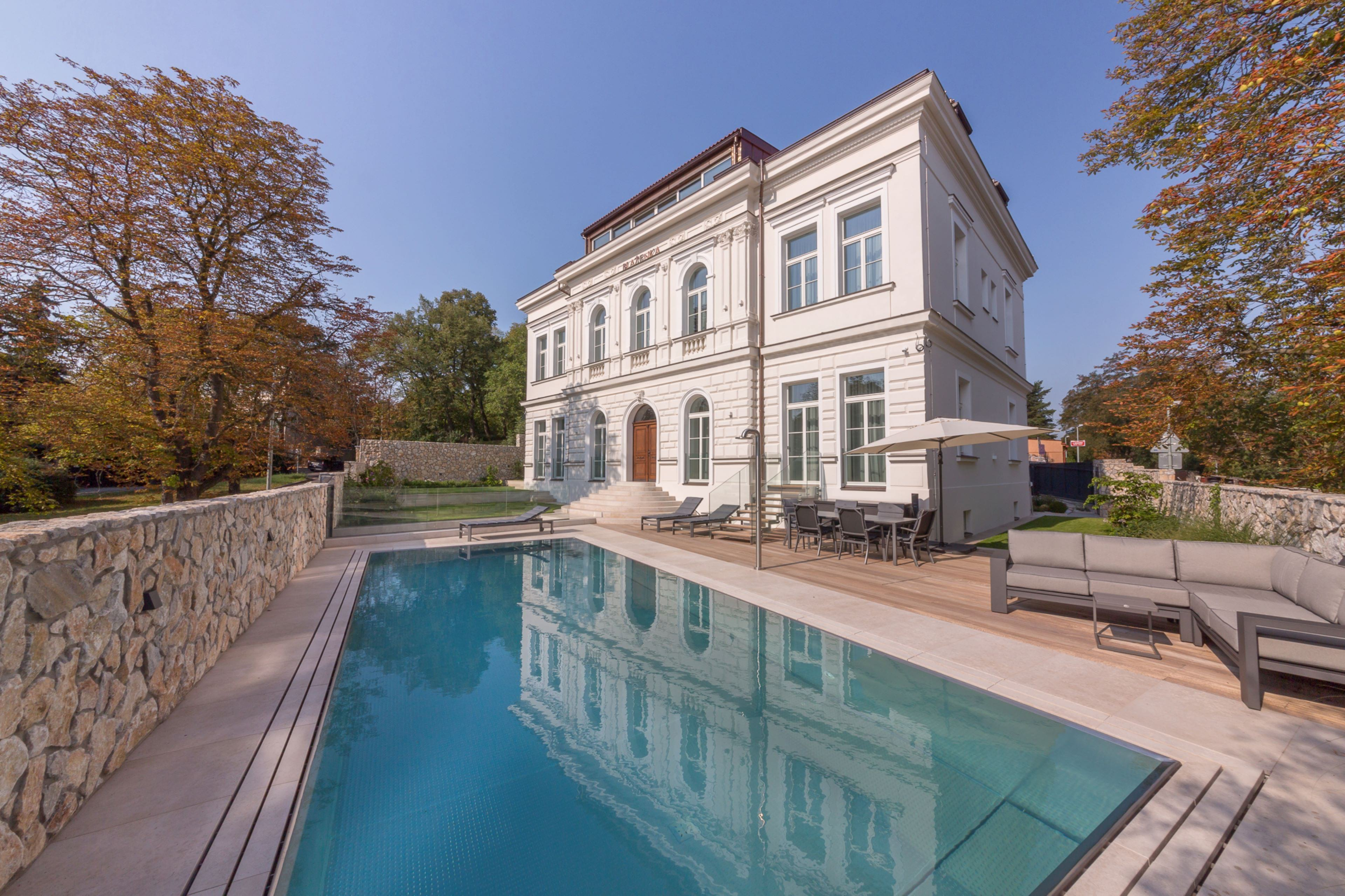 Outdoor Pool with Hidden Overflow Under Stone Panelling