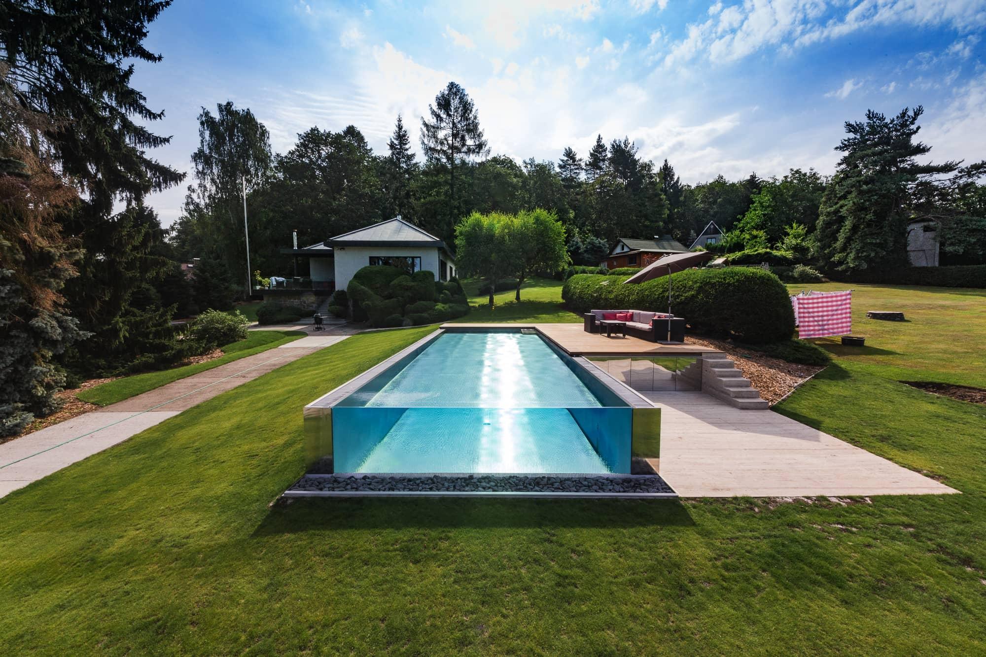 Nerezový bazén s přelivem přes skleněnou stěnu